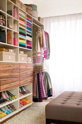 这幅卧室衣柜装修效果图让衣帽间内的东西一览无余,那么想拿什么衣