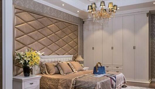 在简欧风格装饰中,体会到的是舒适、温馨、稳重、适度的华丽。在简欧风格中需要注意三个要点:造型、材质的运用、色彩的搭配。 1、造型的简约 简欧风格不同于古典欧式风格,不宜做太复杂的造型,而是用相对简化的手法和加工技术追求传统式样的大致轮廓特点。再通过房间内的西式吊顶映衬,背景墙可以通过带有花纹线条来体现。 2、材质的运用 简欧风格的打造需要整体装修效果的统一塑造,追求质感。如简欧衣柜拥有流畅线条,圆润的木质纹理,呈现大气、典雅的欧式风格,彰显现代简约气息。配套采用清新别致的现代感墙纸,营造一种温馨的家居氛