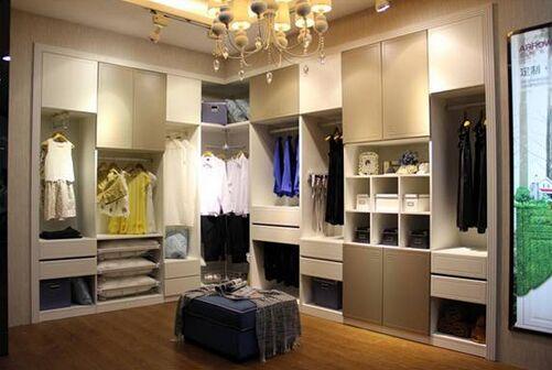 衣帽间衣柜效果图   衣帽间衣柜因其面积较大,衣柜设计师可