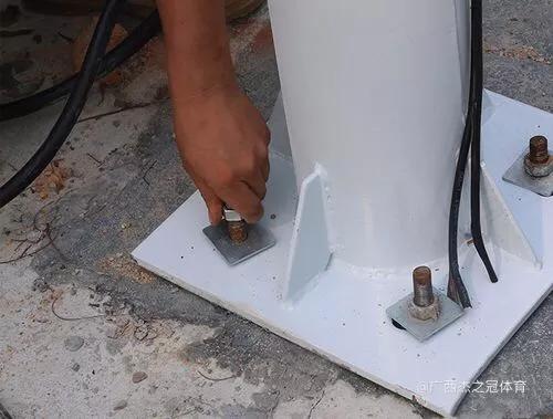 六,将灯杆法兰盘套进预埋件螺钉所在位置,调节好灯杆水平和角度