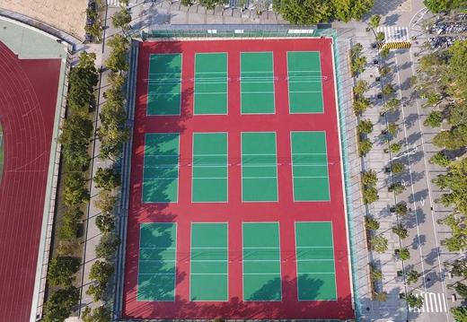 一个学校上万平米面积的34个塑胶球场,是壕还是好?